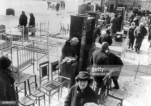 Charkow auf einem Tauschmarkt bietet die russische Bevoelkerung Hausrat und Moebel an 1942