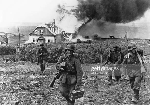 Charkow OffensiveDeutsche Soldaten ziehen auf dem Vormarschdurch ein brennendes Dorf