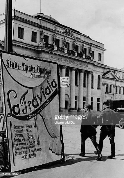 Charkow unter deutscher Besatzung Das Opernhaus im Rahmen der Truppenbetreuung wiedereröffnetPlakat mit Ankündung der Oper 'La Traviata' Mai 1942