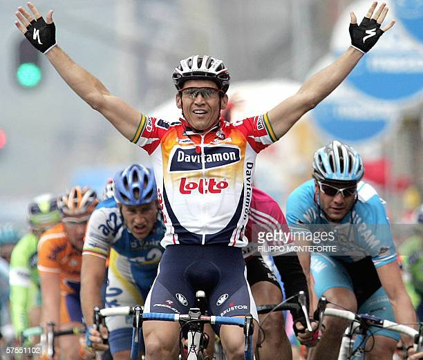 Australian Robbie Mc Ewen of team Davitamon-Lotto jubilates as he crosses the finish line first in front of German Olaf Pollak of T-Mobile and...