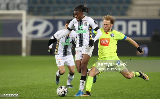 Charleroi's Joris Kayembe and Gent's Roman Bezus fight for the ball during a soccer match between KAA Gent and Sporting Charleroi, Saturday 10 April...