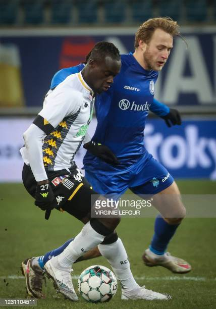 Charleroi's Mamadou Fall and Gent's Roman Bezus fight for the ball during a soccer game between KAA Gent and Sporting Charleroi , Thursday 11...