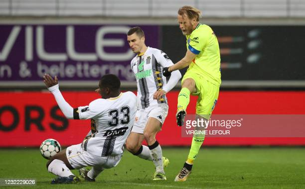 Charleroi's Ognjen Vranjes and Gent's Roman Bezus fight for the ball during a soccer match between KAA Gent and Sporting Charleroi, Saturday 10 April...