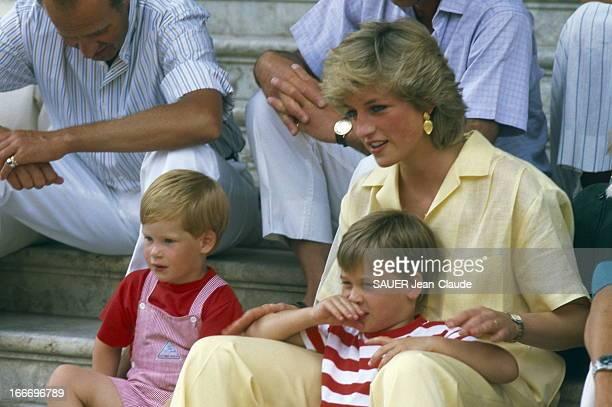 Holidays In Spain Le prince Charles Lady Di et leurs enfants Harry et William accueillis à Palma de Majorque en Espagne par la famille royale La...