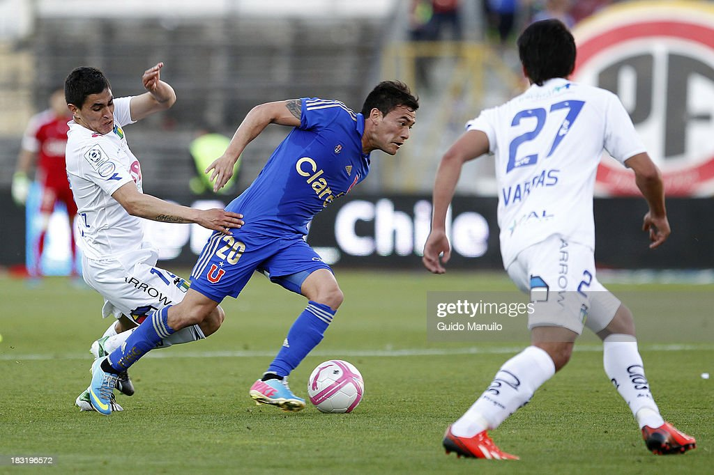 Charles Aranguiz of U de Chile fights for the ball with Fernando Gutierrez during a match between O'Higgins and U de Chile as part of the Torneo Apertura at National Stadium, on October 05, 2013 in Santiago, Chile.