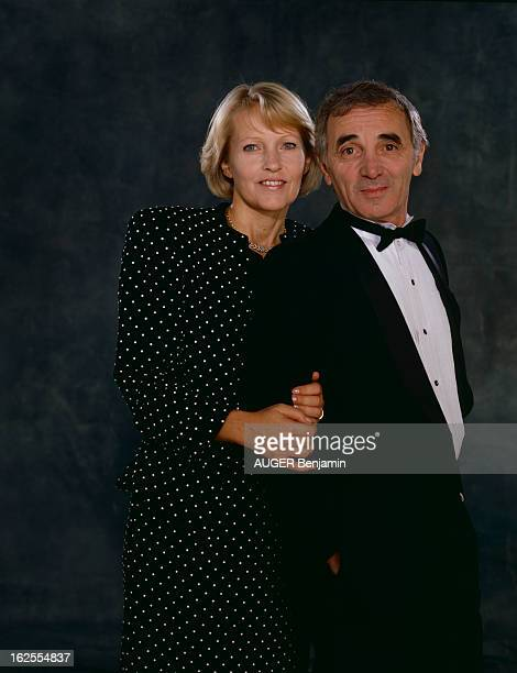 Charles Aznavour And His Wife Ulla En France le 5 octobre 1987 son épouse Ulla et Charles AZNAVOUR chanteur acteur portant un smoking noeud papillon...
