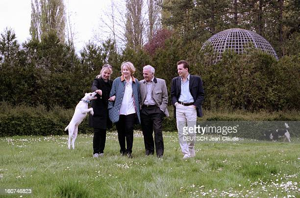 Charles Aznavour And His Wife Ulla With Their Children Katia And Misha A The Trianon Palace In Versailles En avril 1999 Charles AZNAVOUR lors d'un...