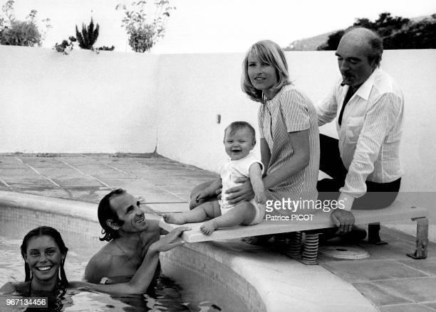 Charles Aznavour avec sa femme Ulla leur fille Katia et Eddie Barclay en vacances à la Napoule le 15 juillet 1970 France
