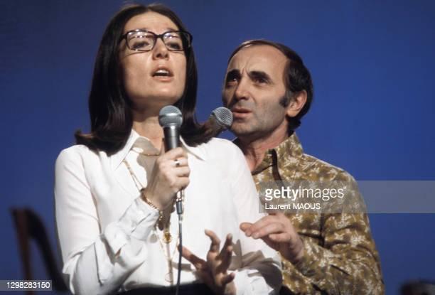 Charles Aznavour en duo avec Nana Mouskouri lors de l'émission 'TOP' le 23 février 1974 à Paris, France