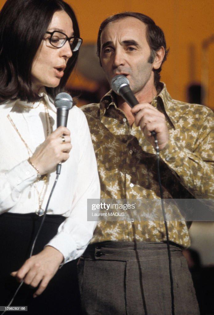 Charles Aznavour lors d'un show télévisé en 1974 : Photo d'actualité