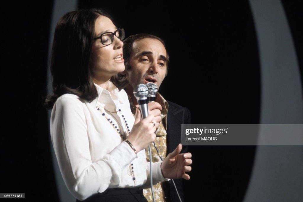 Charles Aznavour lors d'un show télévisé en 1974 : News Photo