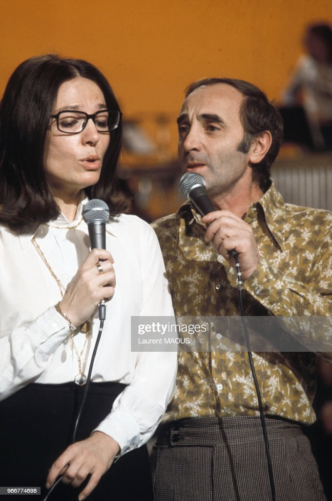 Charles Aznavour lors d'un show télévisé en 1974 : Nachrichtenfoto