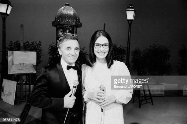 Charles Aznavour et Nana Mouskouri sur le plateau de l'emission 'Formule 1' à Paris le 20 octobre 1983 France