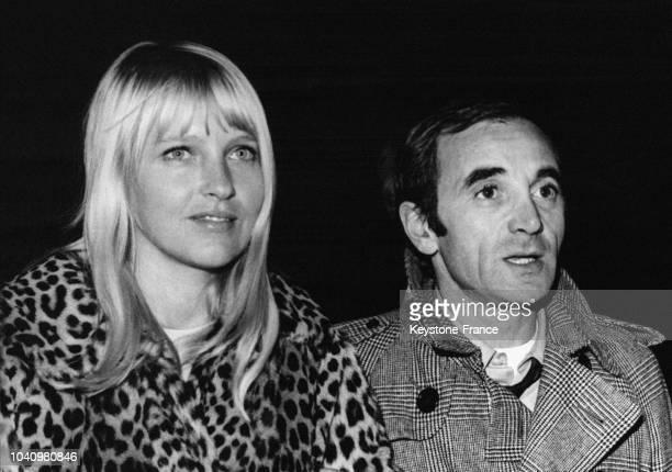 Charles Aznavour et sa future épouse Ulla photographiés à Orly France en décembre 1966