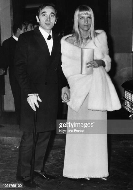 Charles Aznavour et son épouse Ulla arrivant à la première du film 'Caroline chérie' à Rome Italie le 19 décembre 1967