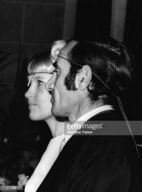 Charles Aznavour et son épouse Ulla portant autour de la tête une petite croix pendant la bénédiction nuptiale en l'église arménienne de Paris France...