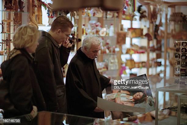 Charles Aznavour In New York City And Montreal En avril 1999 au Canada le chanteur compositeur et acteur Charles AZNAVOUR son épouse Ulla et leur...