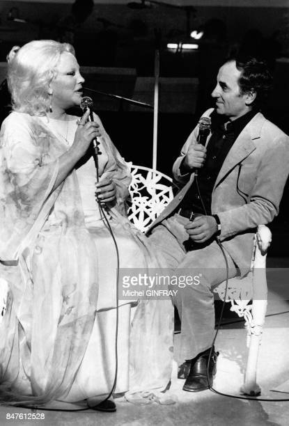 Charles Aznavour qui enregistre pour les chaines anglaises et americaines chante en duo avec Peggy Lee 'La Vie en rose' le 21 amrs 1977 a Londres...