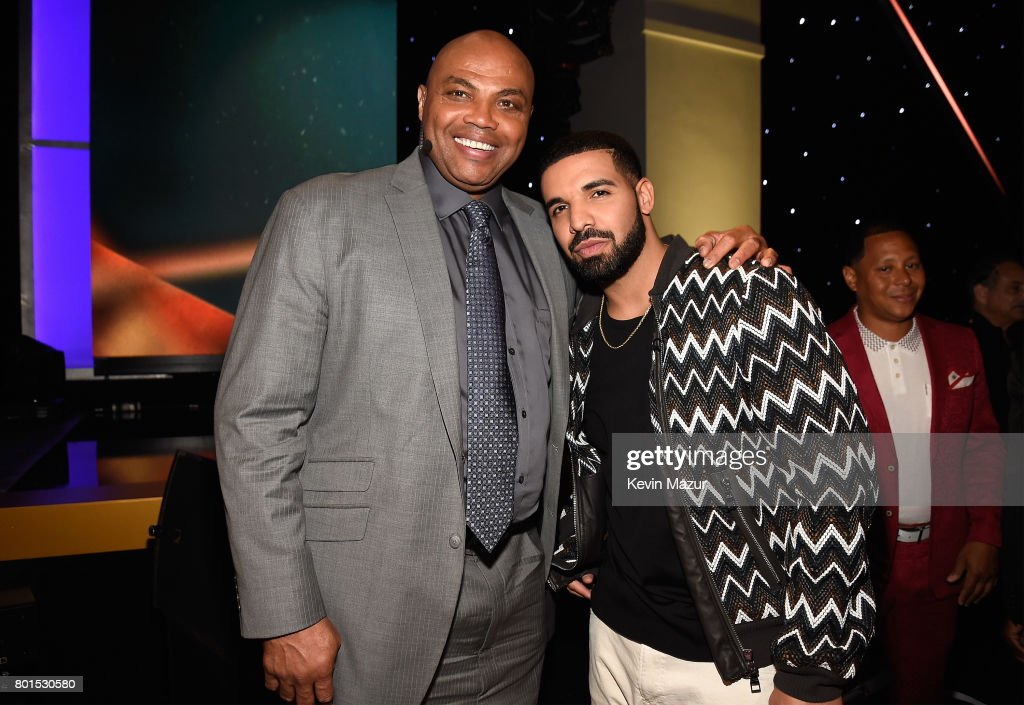 Charles Barkley (L) and Drake pose during the 2017 NBA Awards Live on TNT on June 26, 2017 in New York, New York. 27111_002