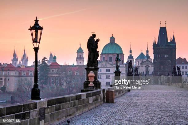 charles bridge in the morning, prague, central bohemia, czech republic - tschechische republik stock-fotos und bilder