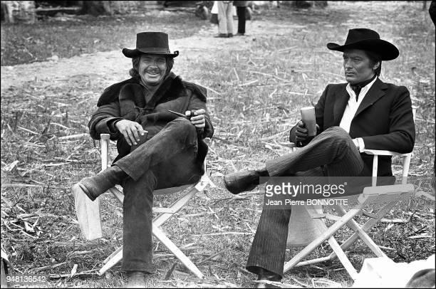 Charles Bronson et Alain Delon sur le tournage du film 'Soleil Rouge' réalisé par Terence Young