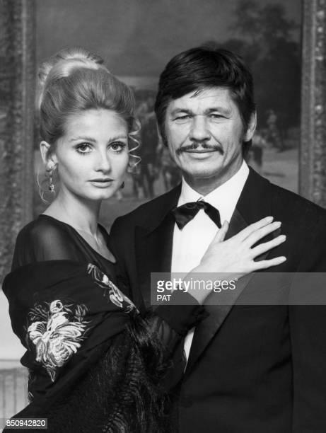 Charles Bronson et son épouse l'actrice Jill Ireland en novembre 1970 à Paris France