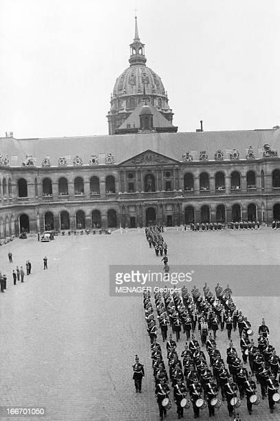 Charles De Gaulle Decorates General Challe 9 Mai 1960 Paris cour des Invalides cérémonie pour la décoration du Général CHALLE qui dirigea des...