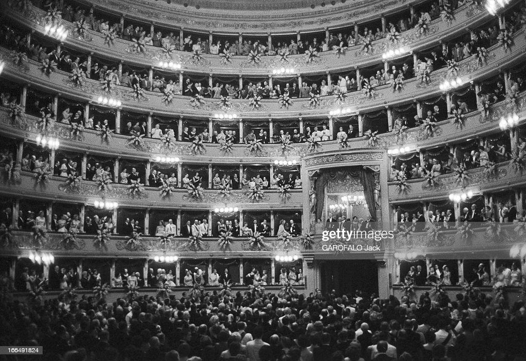 Charles De Gaulle In Italy. Milan- 25 Juin 1959- Au théâtre de la Scala, lors de son voyage en Lombardie, le Général DE GAULLE debout dans la loge centrale, à sa droite, son épouse Yvonne DE GAULLE, à sa gauche, le Président GRONCHI et son épouse Mme GRONCHI, ovationnés par les 2800 invités leur faisant face, lorsque l'orchestre entonne la 'Marsellaise'.