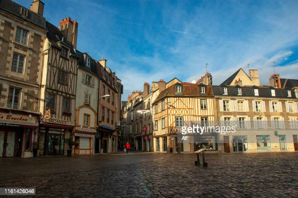 charles de gaulle square in poitiers, france - ポワティエ ストックフォトと画像
