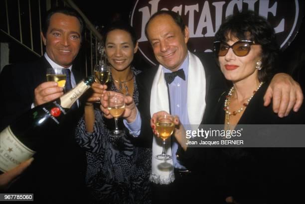 Charles Dumont en compagnie de Maddly Bamy et de Judith Magre après concert à Paris le 24 septembre 1986, France.