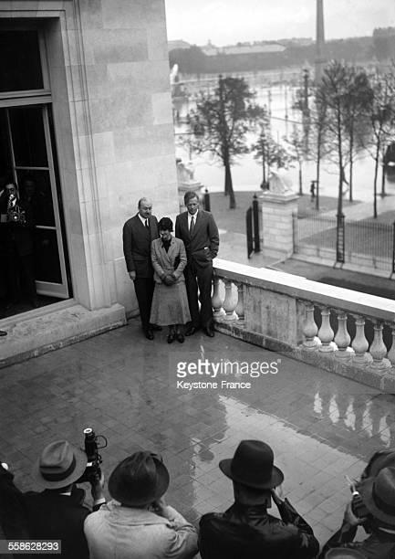 Charles Lindbergh et sa femme Anne Morrow Lindbergh se faisant photographier lors de leur visite a l'ambassade americaine en 1933 a Paris France