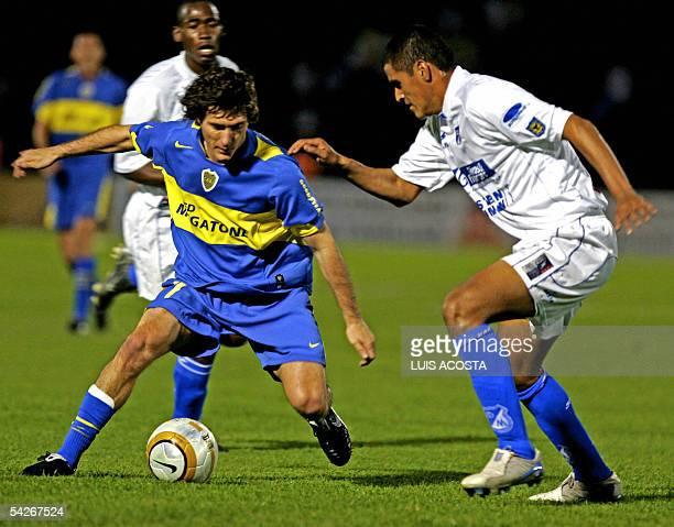 Charles Perez de Millonarios de Colombia y Guillermo Barros Schelotto de Boca Juniors de Argentina disputan el balon el 02 de setiembre de 2005 en...