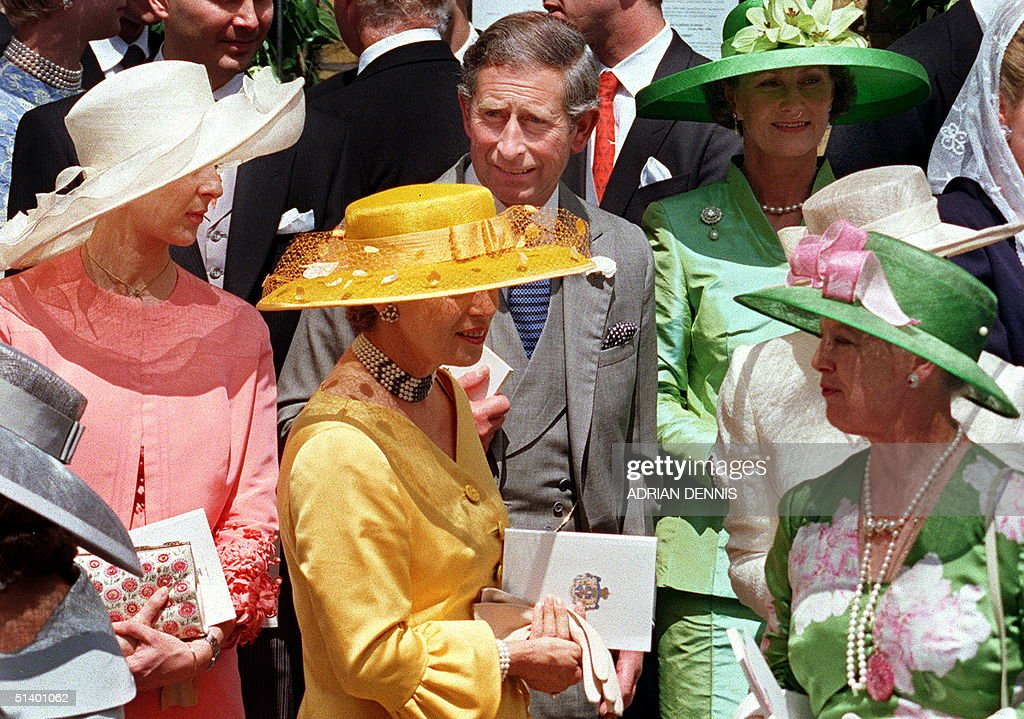 Charles, Prince of Wales (C) is surrounded by gues : News Photo