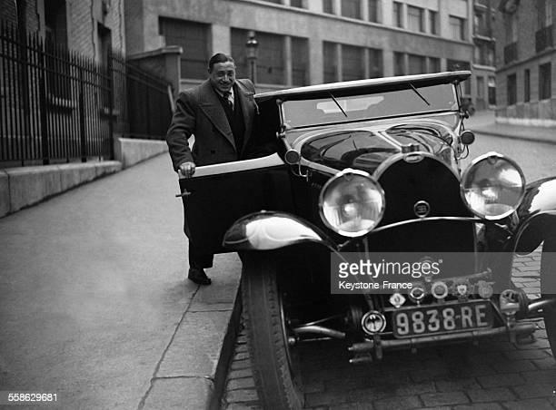 Charles Rigoulot halterophile et coureur automobile français avec sa voiture une Bugatti