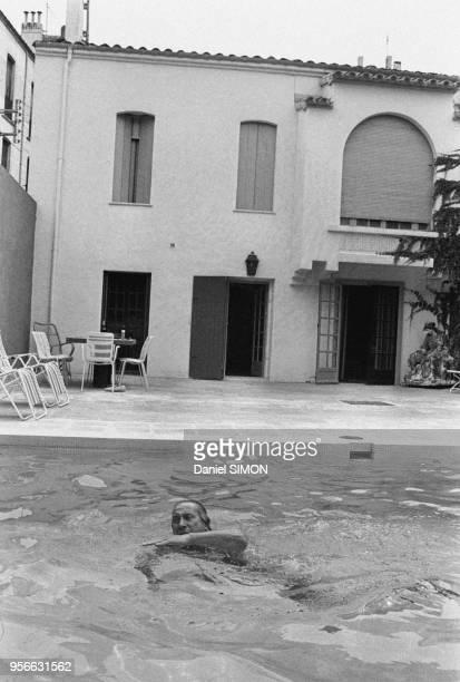Charles Trenet dans une chaise-longue en maillot de bain au bord de sa piscine en mai 1971 à Perpignan, France.