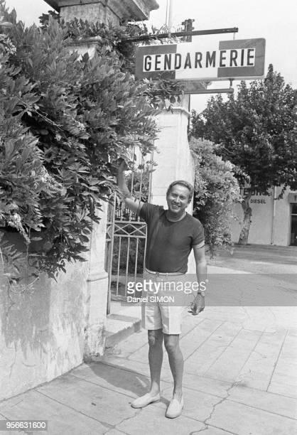 Charles Trenet en bermuda devant une gendarmerie en mai 1971, France.