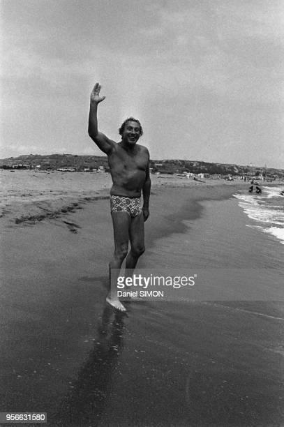 Charles Trenet en maillot de bain sur une plage en mai 1971, France.