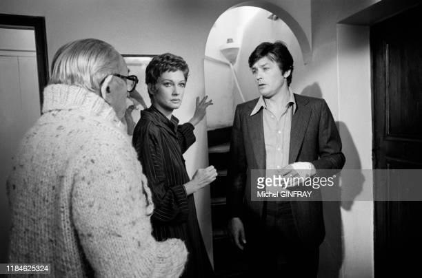 Charles Vanel, Alain Delon et Carla Gravina lors du tournage du film 'Comme un boomerang' réalisé par José Giovanni à Nice en mai 1976, France.