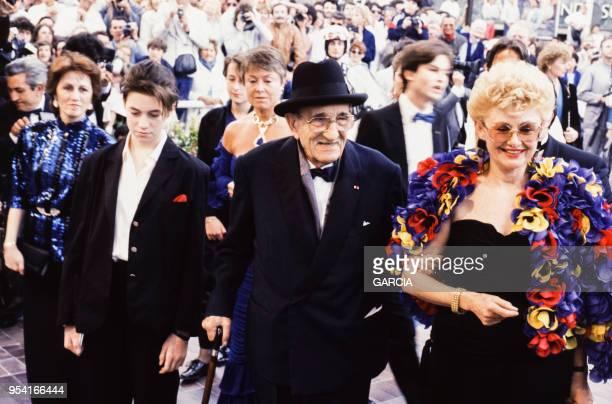 Charles Vanel avec son épouse Arlette et Charlotte Gainsbourg au Festival de Cannes le 8 mai 1986 France
