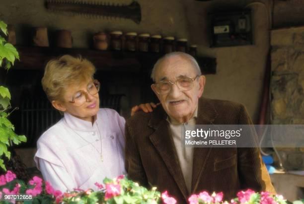 Charles Vanel chez lui sur la Côte d'Azur avec son épouse Arlette le 14 mai 1985 France