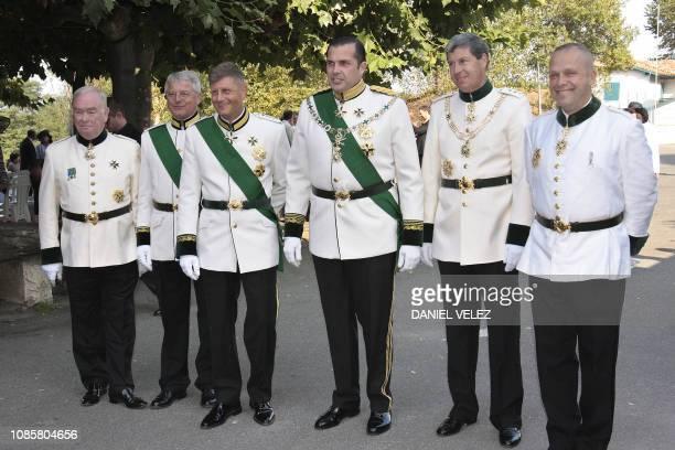 CharlesPhilippe d'Orléans Duc d'Anjou en tenue de l'ordre de Malte fils du prince et de la princesse Michel de France et neveu du Comte de Paris...