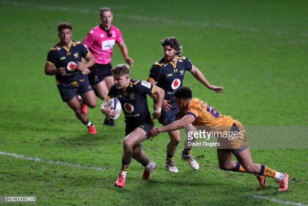 Charlie Atkinson of Wasps breaks the tackle of Yvan Reilhac of Montpellier to score their 5th try during the Heineken Champions Cup Pool 1 match...