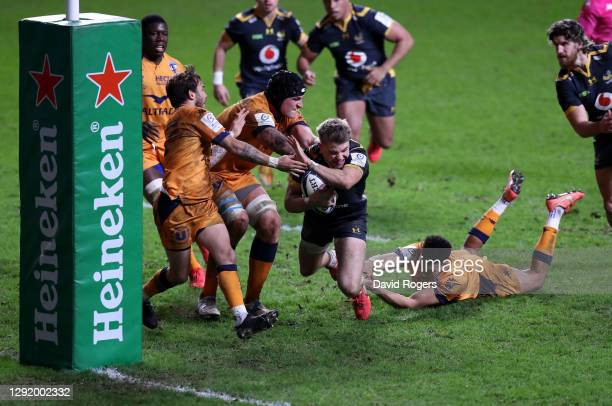 Charlie Atkinson of Wasps breaks through to score their 5th try during the Heineken Champions Cup Pool 1 match between Wasps and Montpellier at Ricoh...