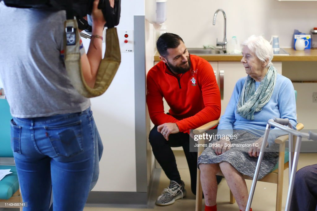 GBR: Southampton Players and Management Visit to Southampton General Hospital