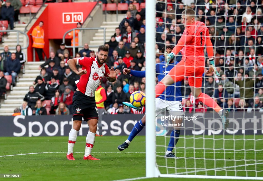 Charlie Austin of Southampton scores the 3rd Southampton goal past Jordan Pickford of Everton during the Premier League match between Southampton and Everton at St Mary's Stadium on November 26, 2017 in Southampton, England.
