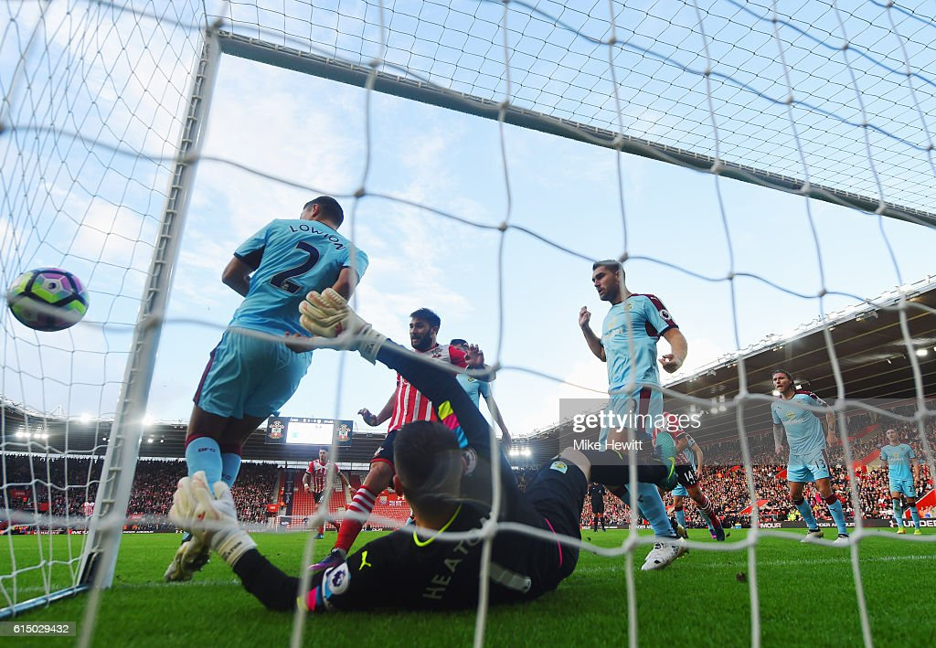 Charlie Austin of Southampton (C) scores their first goal past goalkeeper Tom Heaton of Burnley during the Premier League match between Southampton and Burnley at St Mary's Stadium on October 16, 2016 in Southampton, England.