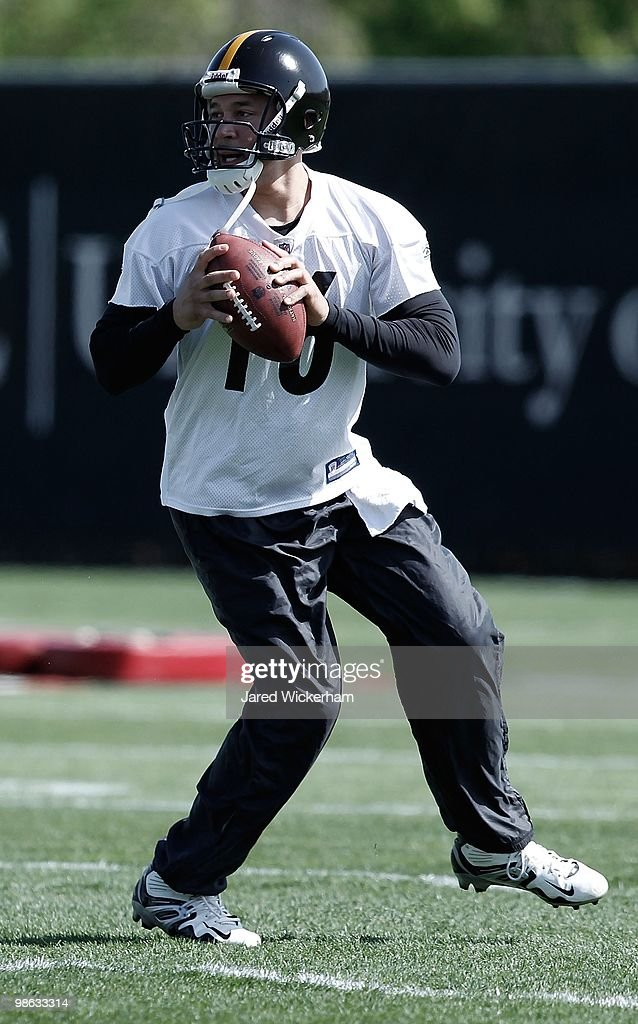 Charlie Batch #16 of the Pittsburgh Steelers practices on April 19, 2010 at the Pittsburgh Steelers South Side training facility in Pittsburgh, Pennsylvania.