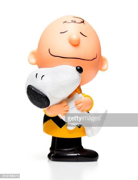 charlie braun umarmen snoopy glücklich mahlzeit spielzeug - snoopy stock-fotos und bilder