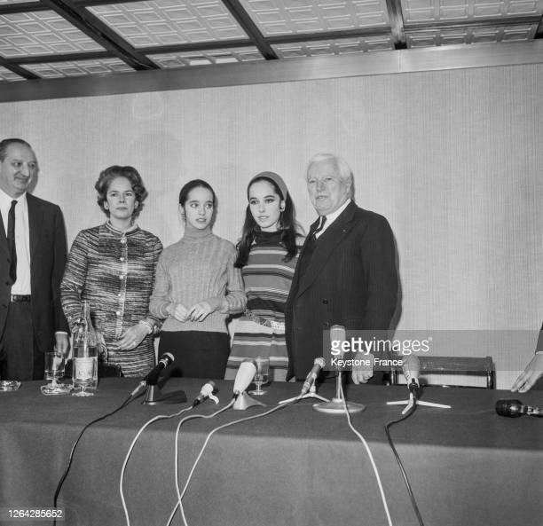 Charlie Chaplin, accompagné de sa femme et de ses filles Victoria et Joséphine, est venu présenter son dernier film à Paris en janvier 1967, Paris,...