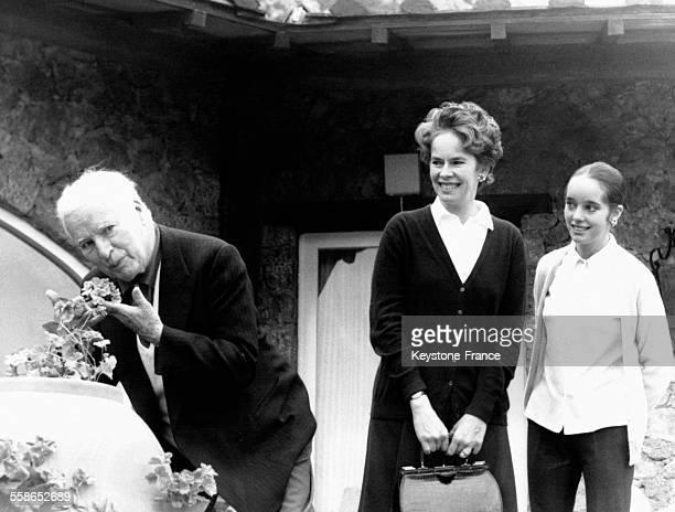Charlie Chaplin accompagné de son épouse Oona O'Neill et de sa leur fille Victoria pendant des vacances à Porto Ercole Italie en mars 1967